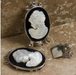 Zdjęcie - Zapięcie z masy perłowej z kameą z damą na czarnym tle