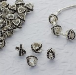 Zdjęcie - Koralik w srebrnym kolorze z kryształkami jet krzyż